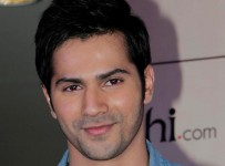 oyof60ej5v6j47yh.D.0.Varun-Dhawan-at-film-STUDENT-OF-THE-YEAR-tie-up-with-YEHBHI-DOT-COM-event-in-Mumbai--1-